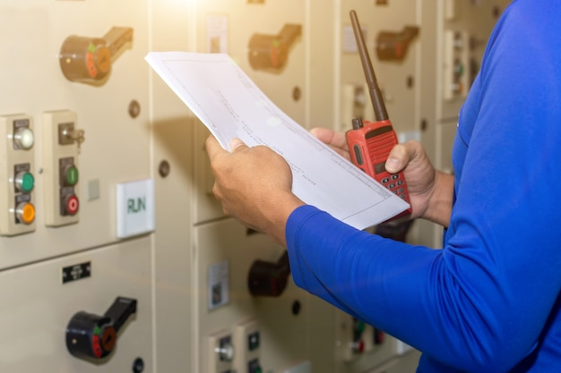 Técnico ou engenheiro industrial profissional operando em subestação de eletricidade
