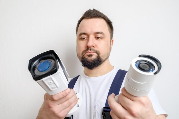 Técnico que escolhe a câmera de segurança do cctv