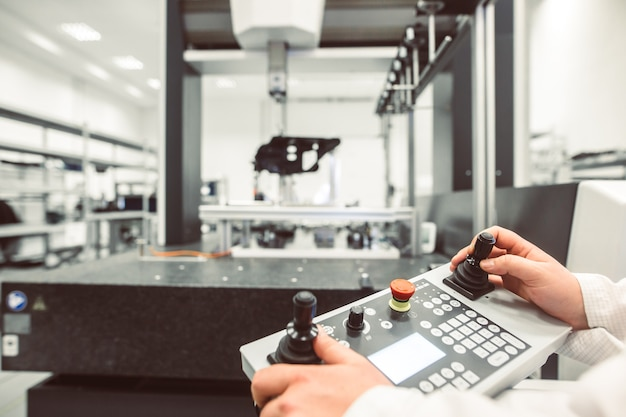 Técnico que mede moldes de plástico em um sistema de medição 3d em fábrica industrial inteligente, conceito da indústria