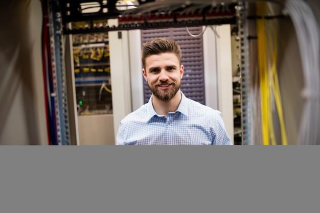 Técnico que remove o servidor do servidor montado em rack