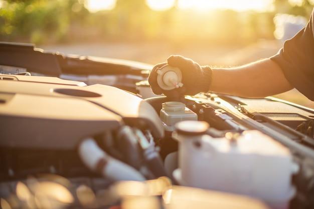 Técnico que verifica o motor do carro moderno