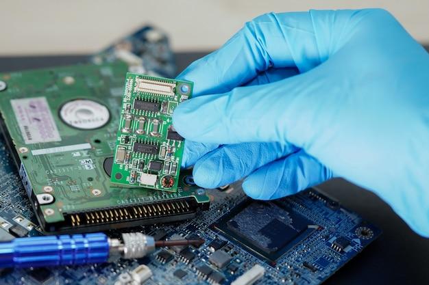 Técnico reparando micro circuito de computador