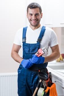 Técnico sanitário sorridente com equipamento