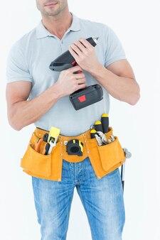 Técnico segurando broca de mão