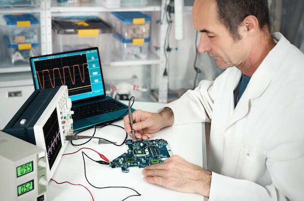 Técnico sênior trabalha em instalações de reparo de hardware
