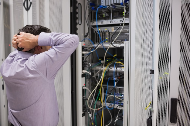 Técnico sentindo-se frustrado com os servidores