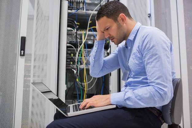 Técnico tornando-se estressado em servidores