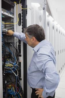 Técnico trabalhando em um caso de racks de servidor