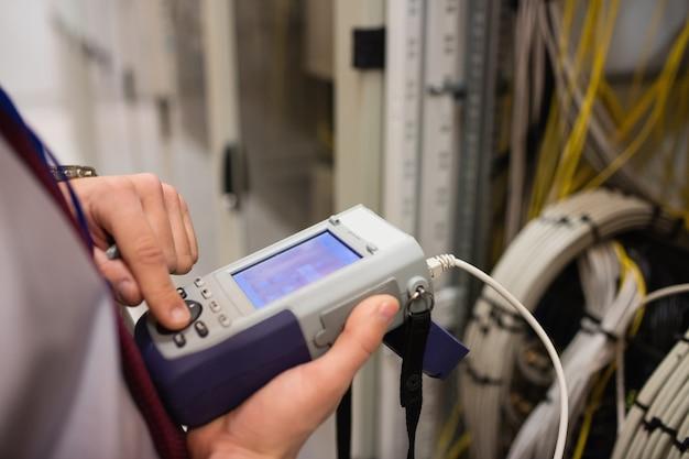 Técnico usando analisador de cabo digital