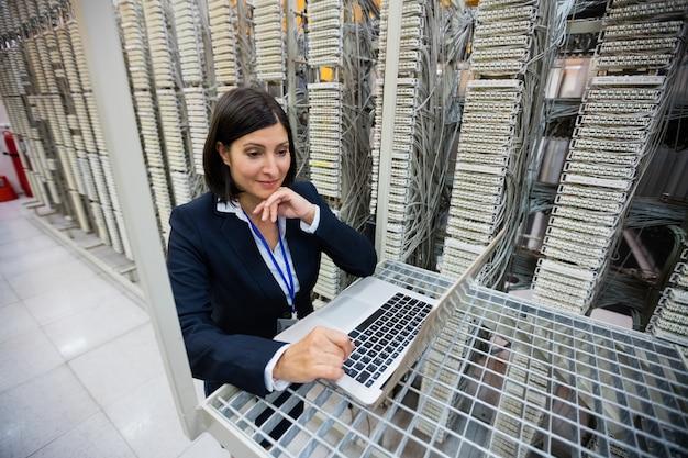 Técnico usando laptop