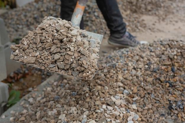 Técnicos de construção estão misturando cimento, pedra, areia para construção.