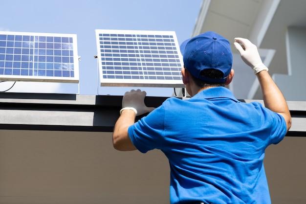 Técnicos de trabalhadores asiáticos instalam painéis solares fotovoltaicos para lâmpadas led