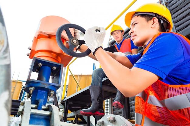 Técnicos que trabalham com válvulas na fábrica ou concessionária