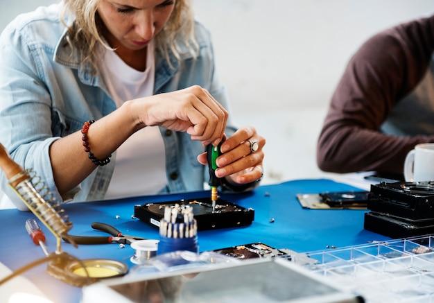 Técnicos trabalhando no disco rígido do computador
