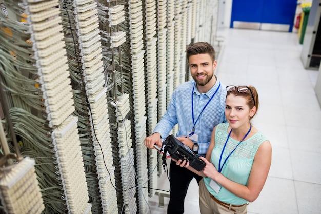 Técnicos usando analisador de cabo digital