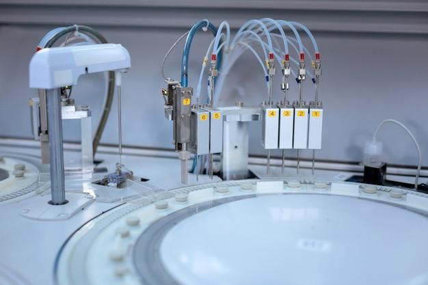 Tecnologia complicada. enorme aparelho médico recente realizando operação e dando os resultados enquanto muitos fios eram conectados a ele