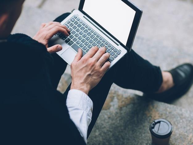 Tecnologia da informação. educação online. estudante do sexo masculino, trabalhando no laptop com tela branca.