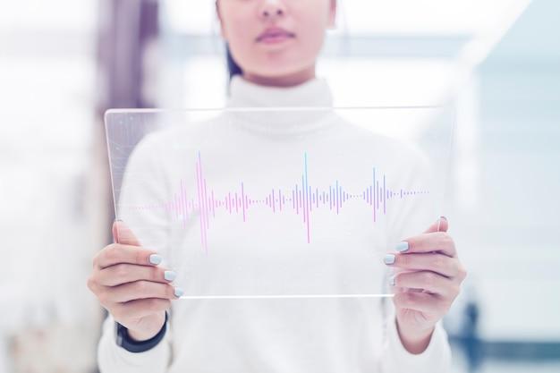 Tecnologia de assistente de voz com cientista segurando remix digital de tablet transparente