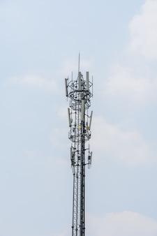 Tecnologia de comunicação da torre de telecomunicações com nuvem e céu azul
