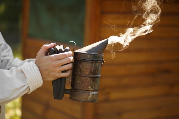 Tecnologia de fumigação de abelhas. fumo intoxicante para produção segura de mel.