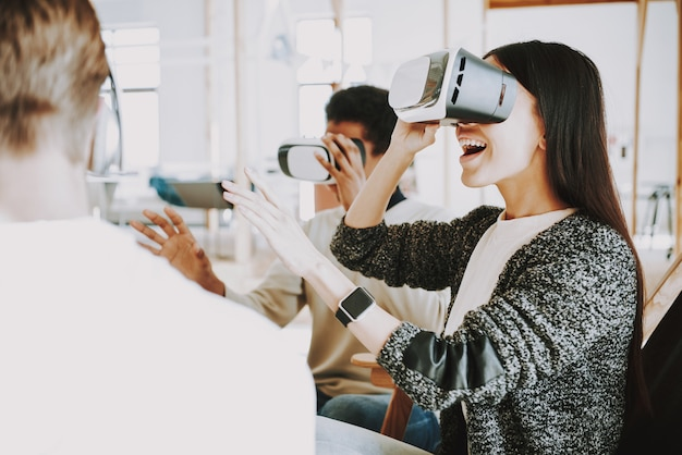 Tecnologia de inovação para jovens em escritório.