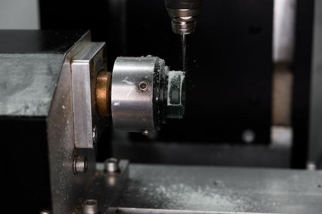 Tecnologia de jóias modernas. a máquina cnc corta o anel de cera verde. produção de anéis. fabricação de jóias artesanais.