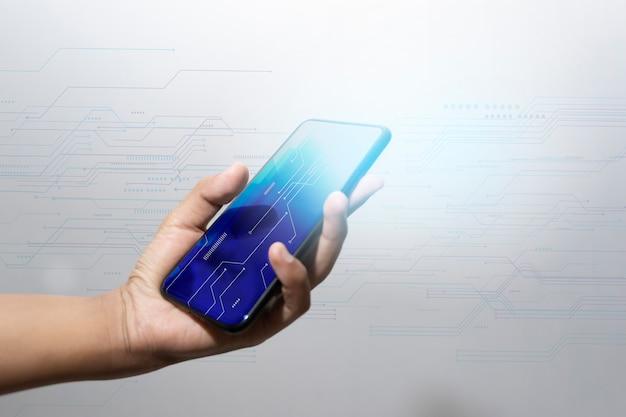 Tecnologia de mão de empresário com diagrama de mídia digital e social na mesa de madeira