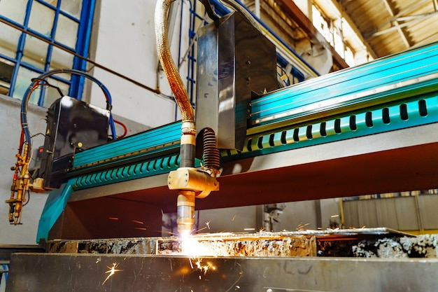 Tecnologia de processamento de metal de corte. corte a laser de chapas com faíscas