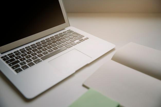 Tecnologia e conceito de mesa com laptop