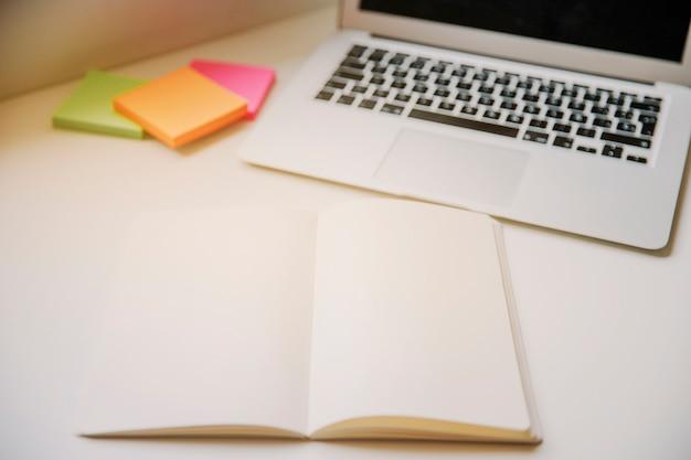 Tecnologia e conceito de mesa com livro