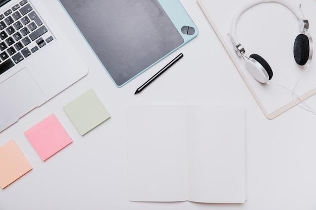 Tecnologia e conceito de mesa com notas adesivas