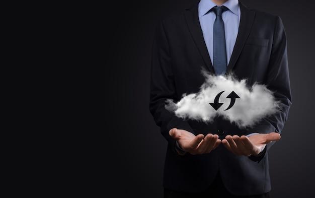 Tecnologia em nuvem. sinal de armazenamento de nuvem wireframe poligonal com duas setas para cima e para baixo no escuro. computação em nuvem, big data center, infraestrutura futura, conceito de ia digital. símbolo de hospedagem virtual