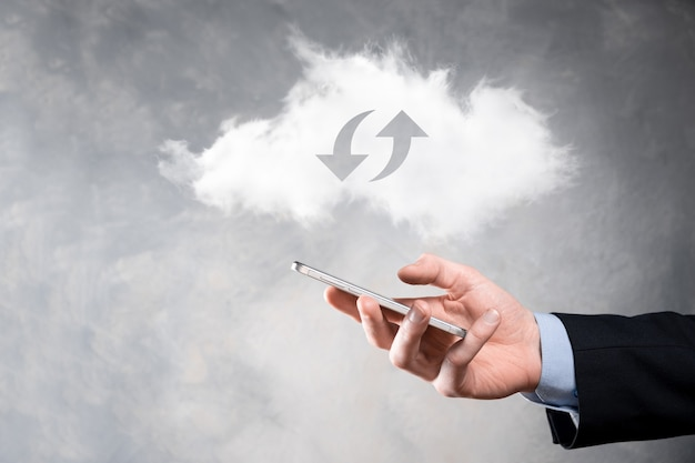 Tecnologia em nuvem. sinal de armazenamento de nuvem wireframe poligonal com duas setas para cima e para baixo no escuro. computação em nuvem, big data center, infraestrutura futura, conceito de ia digital. símbolo de hospedagem virtual.