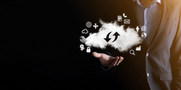 Tecnologia em nuvem. sinal de armazenamento em nuvem com duas setas para cima e para baixo no escuro. computação em nuvem, big data center, infraestrutura futura, conceito de ia digital. símbolo de hospedagem virtual.