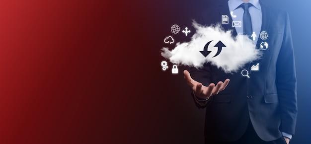 Tecnologia em nuvem. sinal de armazenamento em nuvem com duas setas para cima e para baixo no escuro