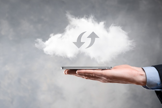 Tecnologia em nuvem. sinal de armazenamento em nuvem wireframe poligonal com duas setas para cima e para baixo no escuro