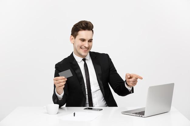 Tecnologia moderna, carreira empresarial, comércio eletrônico e conceito de comércio on-line, caucasiano empresário segurando ...