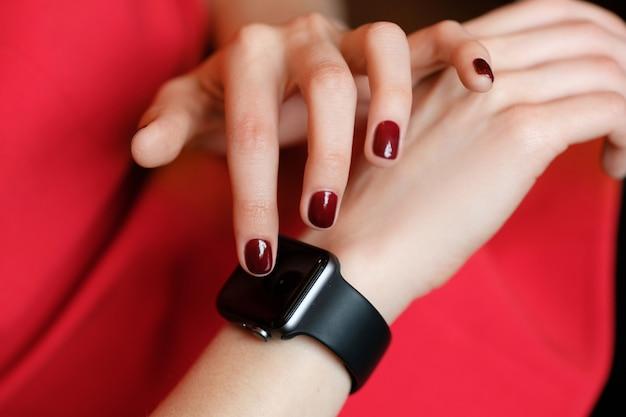 Tecnologia, mulher, verificando o relógio