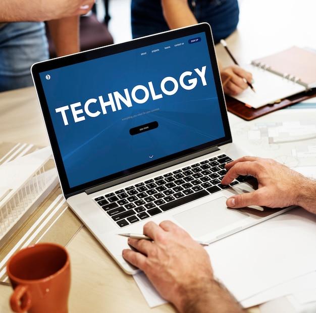 Tecnologia online com um laptop
