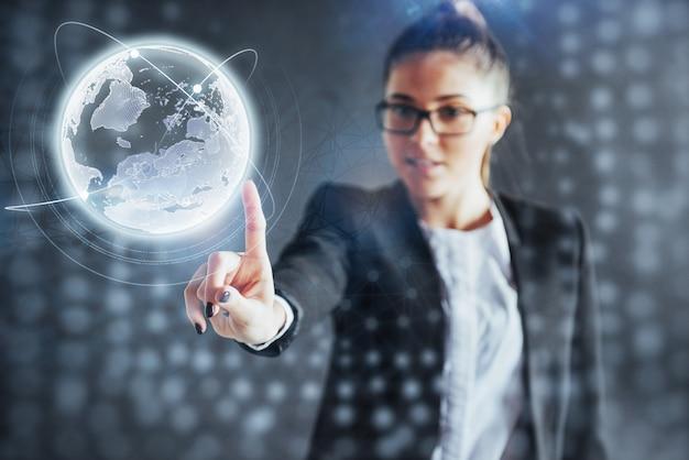 Tecnologias modernas, internet e rede - homem de roupas de negócios, pressiona o botão
