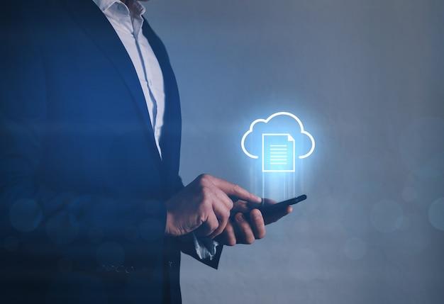 Tecnólogo da informação segurando o telefone com o ícone de computação em nuvem. conceito de computação em nuvem.