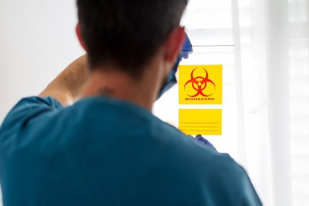 Tecnólogo em saúde médica segurando o kit de coleta de cotonete covid-19