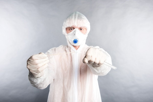 Tecnólogo médico com kit de coleta de cotonete covid-19, usando luvas de máscara de proteção branca epi, tubo de coleta de amostra de paciente op np, processo de protocolo de teste de pcr de dna