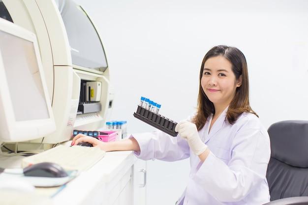 Tecnólogo médico trabalhando no laboratório.