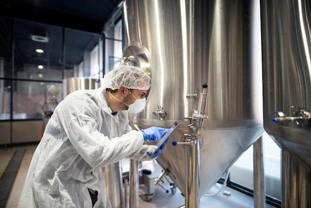 Tecnólogo profissional verificando a produção na fábrica