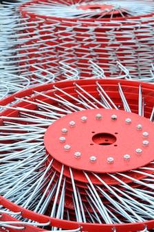 Tedder vermelho novo para o reboque na maquinaria agrícola para recolher o feno. fechar-se