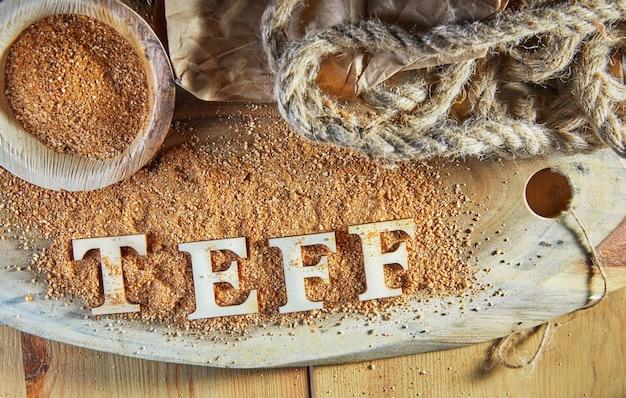 Teff, uma alternativa ao antigo grão sem glúten com o nome escrito em letras de madeira.