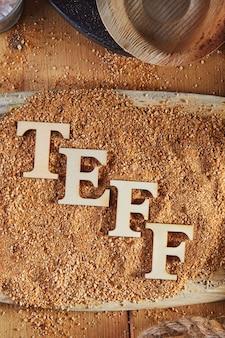 Teff, uma alternativa ao antigo grão sem glúten com o nome escrito em letras de madeira