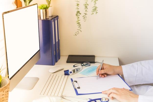 Tela branca simulada no computador na área de trabalho médica