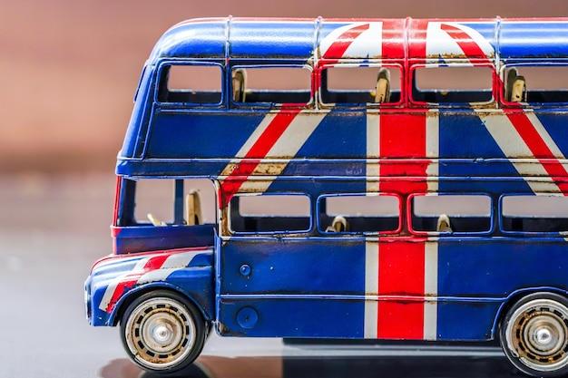 Tela da bandeira britânica no ônibus de brinquedo.